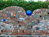 Gartenmauer im Hundertwasser-Stil, mit bunten Pflastersteinen im Format 7/9 und …   – Garten Ideen