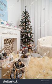 Photo of Weihnachtswohnzimmer Interieur mit geschmücktem Tannenbaum, Kamin, weißem Armchai …