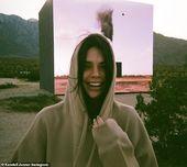 Lächeln! Kendall wiegte ein Sweatshirt mit Kapuze aus Fleece, als sie ein Make-up-freies Foto mit …   – Kendall Jenner