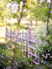 Wunderschöner Garten in einem historischen Haus Ein überwuchertes Tudor-Haus und Garten ist g…