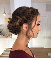 Promenade Frisuren 2019 – braunes Haar mit Glanzlichtern in einem geflochtenen Brötchen, Hochzeitsfrisuren für mittleres Haar – haaris