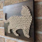 Rustikale String Art – Stehende Katze mit goldener Glanzschnur. Verfügbar auf meinem Etsy …