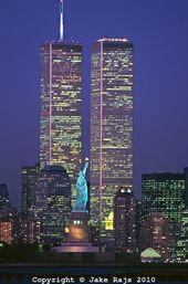 Statue de la Liberté entre les excursions jumelles du World Commerce Heart à minuit