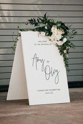 Elegante schwarz + weiße Hochzeit Signage mit üppigen floralen Akzenten