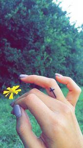 34 idées de tatouage de doigt mignons et simples que vous pouvez essayer   – Tattoos