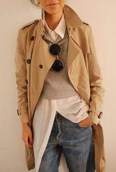 beige Trenchcoat, grauer kurzer Pullover, hellbeige Bluse mit Knöpfen, dunkelblaue Boyfriend Jeans für Damen