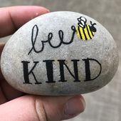 Roche peinte de fashion abeille avec un bourdon. Remark peindre facilement ses propres roches …