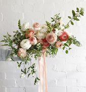 Brautstrauß aus ranunkeln und foraged niederlassungen Brautstrauß von Ranunk …   – wedding bouquets