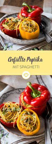Gefüllte Paprika mit einem Nest aus Spaghetti