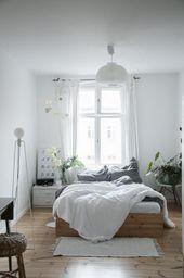 Traumhaft schönes Schlafzimmer in weiß mit Holz…