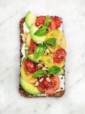 Tostada de aguacate sobre centeno con ricotta  – toast recipes
