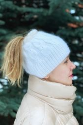 Women's cable knit Messy Bun beanie, handmade white ponytail hat for women, bun hat, soft and cozy bun beanie – Knitted hats
