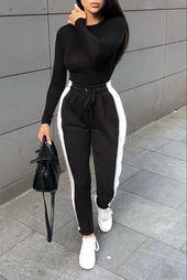 Fashion Frau lässig und bequem Outfit mit einem schwarzen Jogging mit weißen S