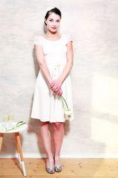 Knälånga klänningar – Vanessa bröllopsklänning krämvit – en designprodukt av Mirast …