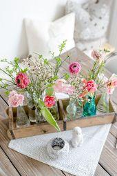Frühlingshafte Blumen für den Geburtstagstisch