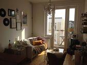 Gemütlichstes Wohnzimmer mit Dielenboden, Couch u…