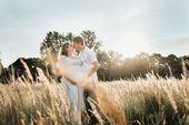 Babybauch schießen im goldenen Licht auf dem Feld // Larissa Sydekum Photography // …   – Babybauchfotos Outdoor
