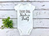 Babymitteilung, jeder Hund benötigt ein Baby, Hundeliebhaberschwangerschaftsmitteilung, lustige neue Babymitteilung decken auf