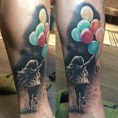 schwarz-graues realistisches kleines Mädchen mit Farbballons Tattoo von Zsofia – Selfmade Tattoo Berlin selfmade-tattoo.de
