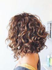 Penteados curtos com cabelos castanhos encaracolados com mechas loiras …   – frisuren