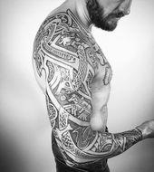 viking tattoo, mann, tattooärmel mit vielen elementen