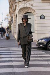Paris : le model se area of interest dans les détails :Couleurs sobres et coupes franches