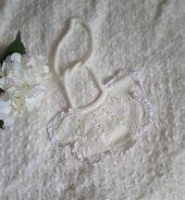 Weißes Baby häkeln Lätzchen weißes Baby häkeln Lätzchen gestrickt Lätzchen Babyparty Geschenk Hand …   – Products