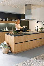 Holz bringt Wärme in die Küche und lässt sich hervorragend mit Schwarz kombinieren. Diese Holzküche hat nicht nur eine schwarze Arbeitsplatte, auch die Blenden sind schwarz gehalten. #kueche #küchen #küchendesign #holzküchen #kitchen #kitchendesign