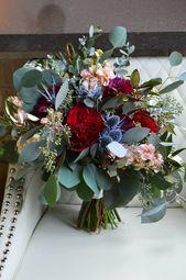 Die Braut trug ein lockeres, natürliches Bouquet: Burgunder-Dahlie, …   – Distel