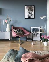 Graue blaue Wände und rosafarbenes Zubehör im Wohnzimmer