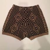 Urban Outfitters Winter Shorts Entzückende bedruckte schwarz-braune Winter Shorts von … – My Posh Picks