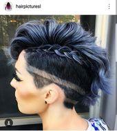 Kurzhaarschnitt der rasierten Frauen, Haartätowierung / rasierte Haarlinien, Teilgeflecht, dunkelblaues Haar, rauchige Haarfarbe, blauer Rauch, metallische Haarfarbe …