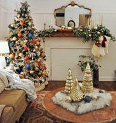Photo of Weihnachtswohnzimmer mit bunten Ornamenten und Eukalyptus – Jennifer Rizzo
