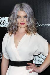 graue tönung, weißes kleid und schwarzer gürtel, mittellange graue haare – Haarfrisuren