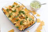Nacho schotel met tortillachips, bonen en guacamole