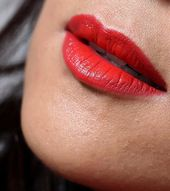 14 Tage voller Hingabe Rot! – Tag 1: Cremige warme rote Lippen mit Kosas Thrill …