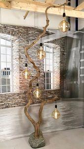 Stehlampe aus altem Eichenzweig auf Felsbrocken mit fünf Anhängern inklusive Lampenschirmen.