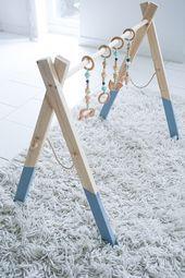 Anleitung für einen Baby-Holzspielbogen – Machen Sie ein besonderes Geschenk zur Geburt selbst // Werbung   – DIY Stuff