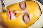 Probieren Sie diese Rezepte für Kurkuma-Masken für strahlende und strahlende H…