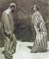 Foto Gustav Klimt Im Malerkittel Emilie Floge Im Reformkleid Im Garten Der Villa Oleander In Kammer Nr 05c In 2020 Gustav Klimt Klimt Klimt Paintings