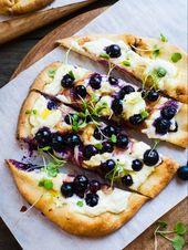 Pizza Naan de arándanos, queso feta y cebolla caramelizada con miel   – Bocadillo sano