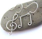 Clé de sol musique Observe boucles d'oreilles – argent fil enroulé balancent – amant Piano Musical bijoux – cadeau de professeur de musique