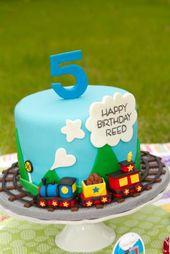 Zuggeburtstagstorte mit echten kleinen Spielzeugeisenbahnen um den Kuchen (nicht Fondant)   – cakes n cupcakes