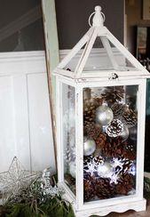 Eine Weiße Laterne Mit Tannenzapfen Ornamente Und Sternförmige Lichter Für Den Winter Urlaub
