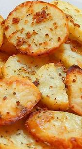 Tranches de pommes de terre à l'ail cuites au four