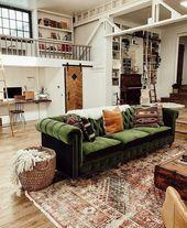 Une vieille maison industrielle avec un beau canapé en velours vert