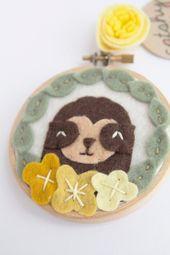 Faultier Wandbehang. Mini Stickrahmen Art. Kinderzimmer Dekor. Baby Faultier und Filz Blumen. Faultier Fi   – Products