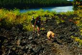 Frisk luft, smutsigt smuts, en stor sjö och så mycket saker att snifta … camping är vackert …