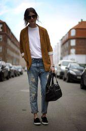 rotbraunes Sakko, weißes T-Shirt mit einem Rundhalsausschnitt, hellblaue Boyfriend Jeans mit Destroyed-Effekt