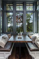 Einladendes modernes Gebirgshaus umgeben durch Wald in North Carolina